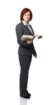 Стоящая женщина с книгой, изолированные на белом фоне