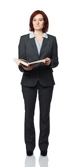 Стоящая молодая женщина с книгой, изолированной на белом