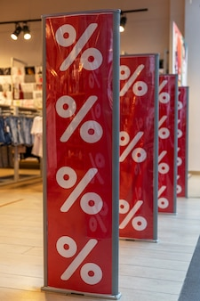 Стенды с объявлением о скидках в период продажи в торговом центре. вертикальная.