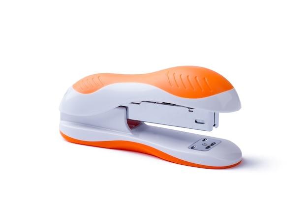 Степлер на белом фоне. боковой крупный план степлера. оранжевый изолированный степлер. оргтехника для оформления документов.