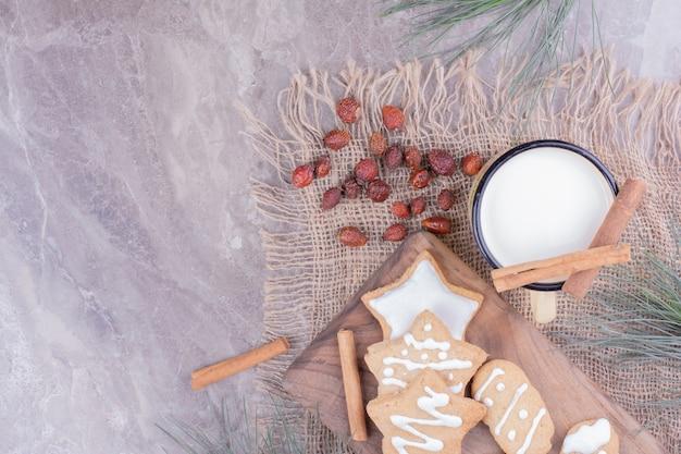星と卵形のジンジャーブレッドクッキーに、シナモンドと牛乳を入れます。