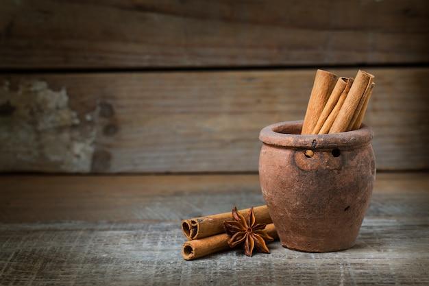 Звезда анис и корица на деревянной поверхности