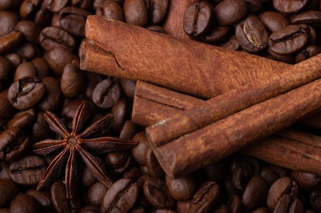 コーヒー豆にスターアニスとシナモンスティック