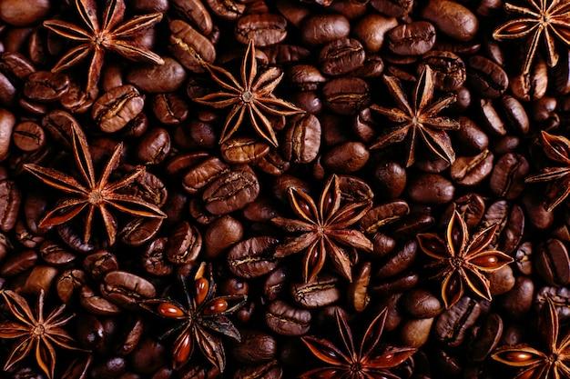 キッチンテーブルの上のスターアニスとコーヒー豆。コーヒーの飲み物、クローズアップの背景の香りのよいスパイス。