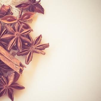 Звездный анис на бумаге с эффектом фильтра ретро винтажный стиль