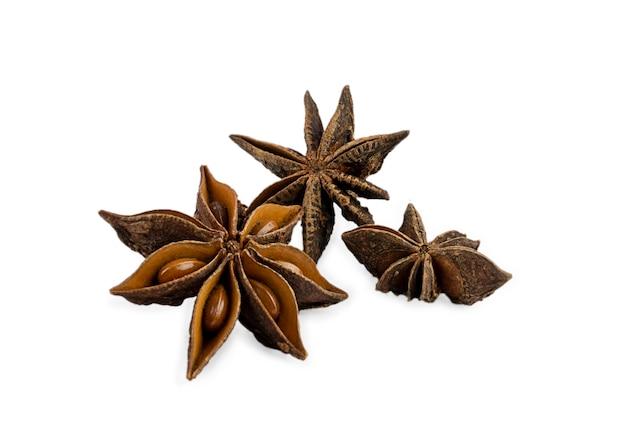 白い背景のクローズアップで分離されたスターアニススパイスフルーツと種子。高品質の写真
