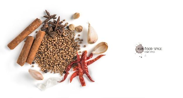 Звездчатый анис, палочки корицы, чеснок и перец горошком