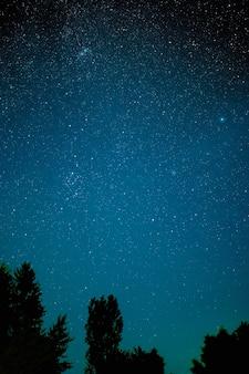 星の夜の銀河は、宇宙の宇宙塵、長時間露光写真、穀物を主演しています。