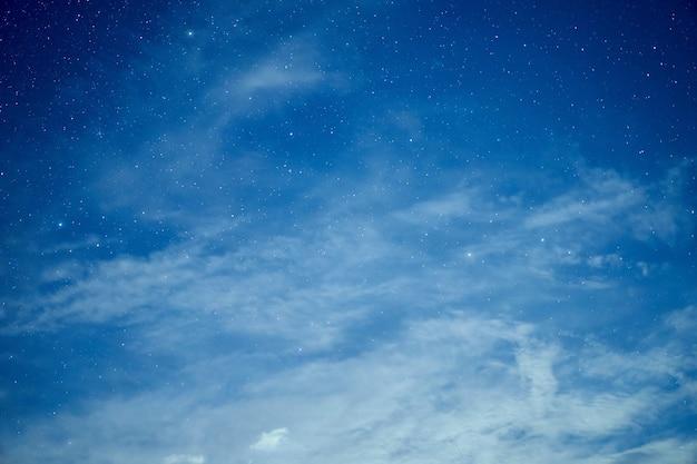 별 밤 은하 별 우주의 우주 먼지, 곡물과 함께 긴 노출 사진.