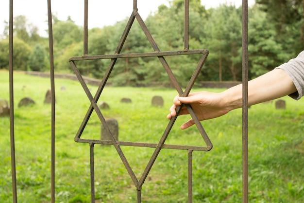 古いユダヤ人墓地の鉄の格子のダビデの星