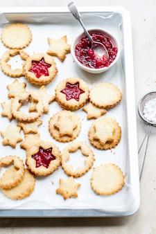 Biscotti a forma di stella ripieni di salsa di mirtilli rossi