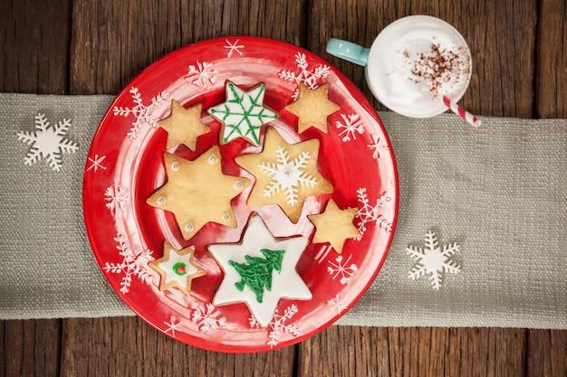 빨간 접시와 크림 컵에 별 모양의 쿠키
