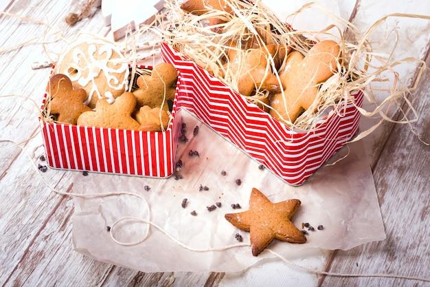 星型のジンジャーブレッドとジンジャーマン。自家製クッキー。素朴なスタイルの朝食。