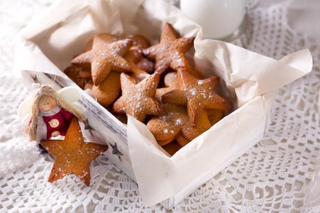 星型のジンジャーブレッド。サンタさんのためのクッキー。素朴なスタイルの朝食。