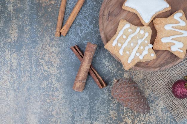 クリスマスボールとプレート上の星型ジンジャーブレッドクッキー。高品質の写真