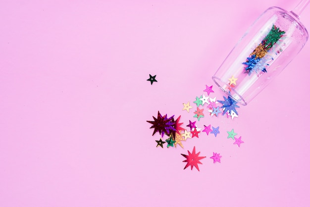 Звездные блестки, рассеянные из стекла на стол