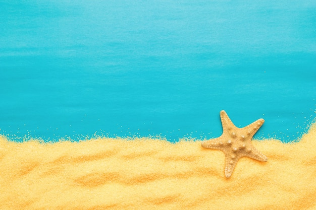 Морская звезда и песок. летний морской фон.
