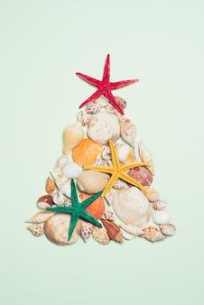 クリスマスツリーの形をしたヒトデと貝殻