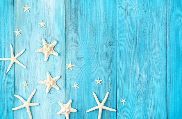 Морская звезда на голубом фоне с пространством для копирования. вид сверху, горизонтальный.