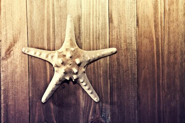 木製の背景にヒトデ。