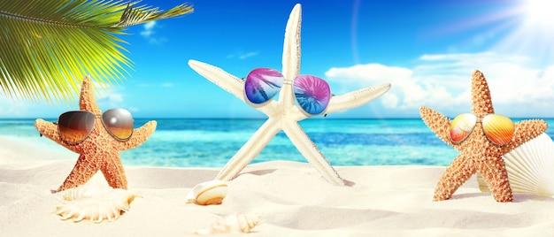 화창한 해변에서 선글라스와 불가사리입니다. 여름 휴가 배경