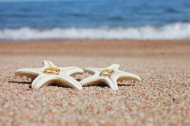 ビーチで結婚指輪とヒトデ
