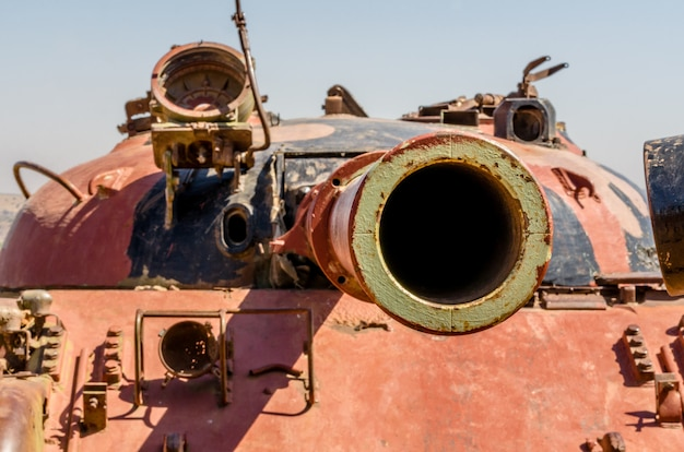 イスラエルの涙の谷でシリアのt62戦車の銃の砲身を見つめて