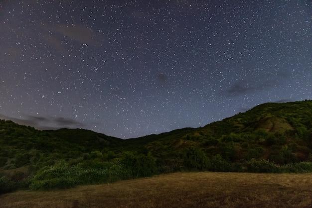 산에서 별이 빛나는 밤
