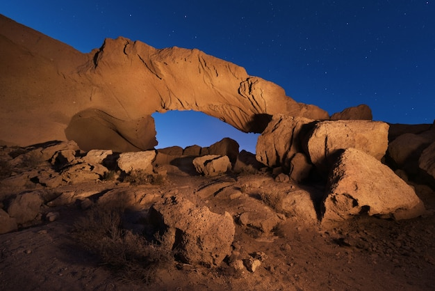테 네리 페, 카나리아 섬, 스페인에서 화산 바위 아치의 별이 빛나는 밤 풍경.
