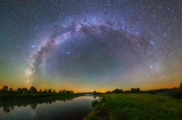 은하수의 호와 별이 빛나는 밤 풍경