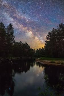 밝은 은하수가 있는 별이 빛나는 밤 풍경