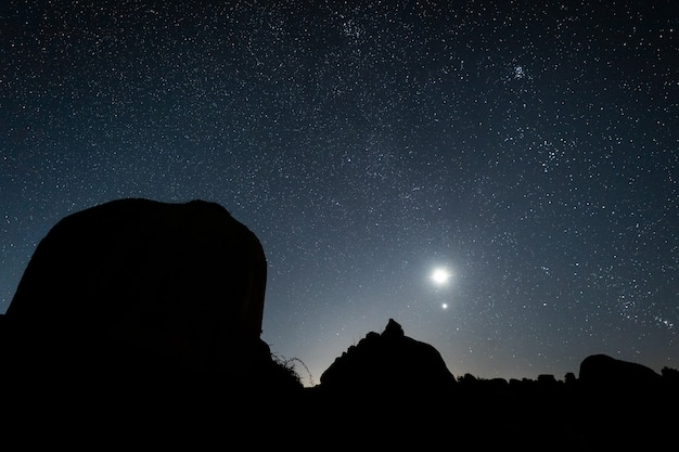 明るい月の星空の夜の風景