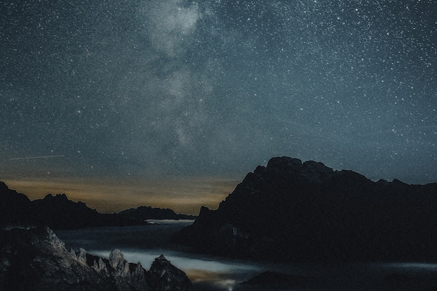山の美的リミックスメディアと星空の夜の自然の背景