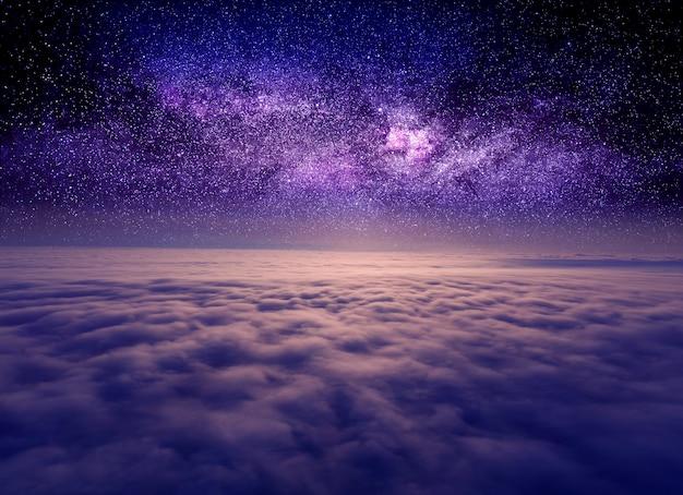Звездное небо над облаками, мистическая волшебная атмосфера.