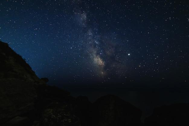바다 해 안에 밤에 별이 빛나는 하늘