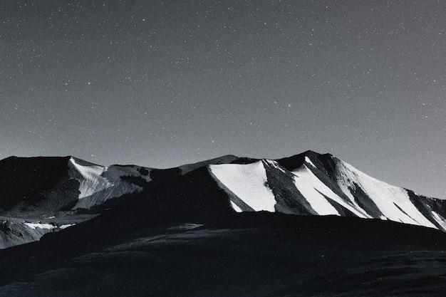 Cielo stellato sfondo di montagna natura paesaggio remixato media