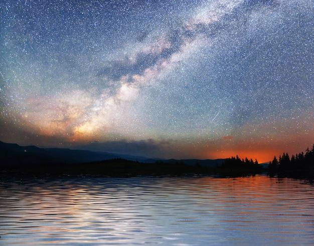 바다 위에 별이 빛나는 하늘. 환상적인 은하수