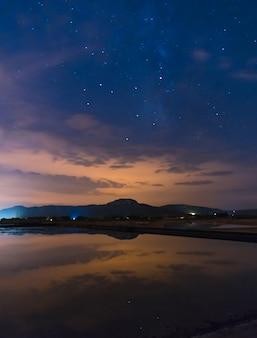 Звездное небо отражается в воде