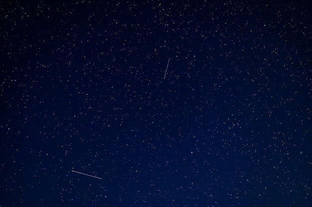 多くの星と天の川のある星空。銀河のある宇宙の天体写真