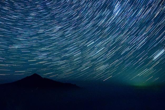 アイスランドの山々と星空。タイムラプスコンセプト。
