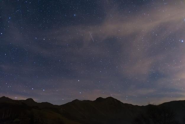 Звездное небо с большой медведицей и капеллой из альп