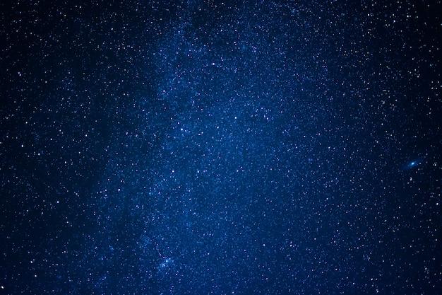 夜空と天の川に囲まれた星