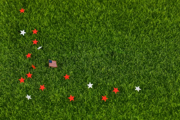 Звезды и флаг в траве