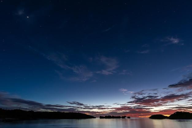 日没後の青い時間に海岸の真っ青な空に現れる星。