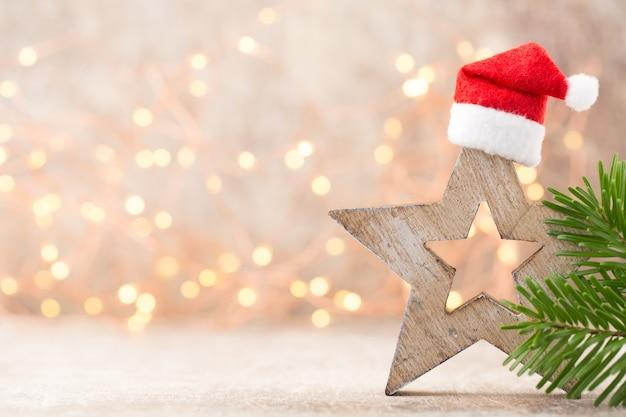 Украшение звезд. символ рождества в шляпе санта.