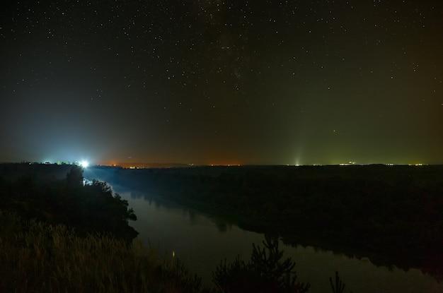 川の向こうの夜空に星が。