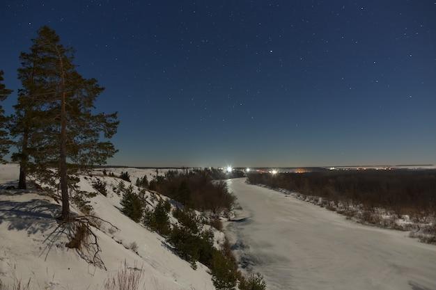 밤하늘의 별. 보름달 아래 촬영 얼어 붙은 강 겨울 풍경.