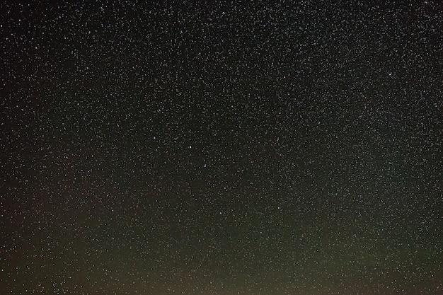 Звезды созвездия большой медведицы на ясном ночном небе.