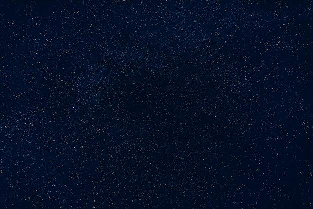 밤에 어두운 푸른 하늘에 별
