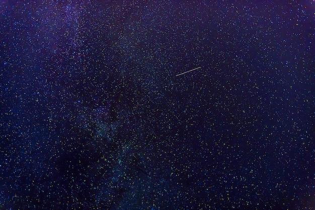 天の川と夜の星空を背景にした星。銀河、星雲、宇宙と青い背景